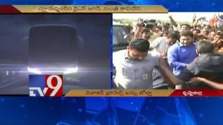 Krishna Bus mishap : YS Jagan visits scene of accident - TV9