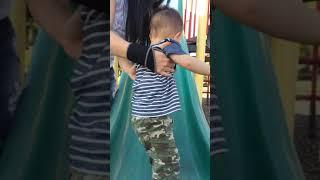 Peter chơi cầu tuột nhà cô Yến/ Peter plays slide
