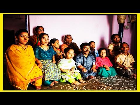 НЕВЕРОЯТНАЯ СЕМЬЯ КАРЛИКОВ ИЗ 11 ЧЕЛОВЕК в Индийском городе Хайдарабад всегда выделяются в толпе