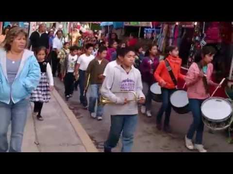 Procesión del patrono de San Lorenzo Tetlixtac por calles del pueblo, en Coacalco