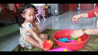 Bé chơi đồ chơi câu cá   Học đếm số và màu sắc   Learn color and number with toys
