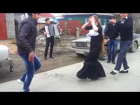 Цыгане танцуют на улице под аккордеон
