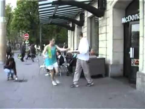 หนุ่มเพี้ยน วิ่ง เดิน ป่วนไปทั่วเมือง