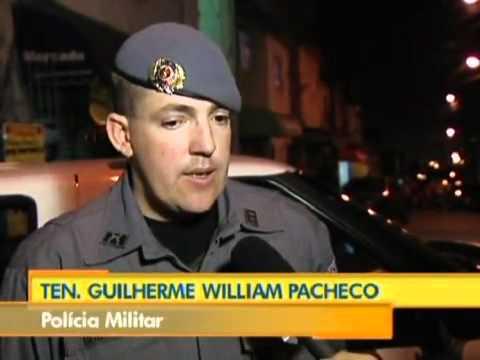 Pol�cia Militar tenta repreender bailes funk nas ruas de Heli�polis SP