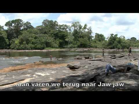 Beheerder Etto van het vakantieoord Djamaika (boven Suriname) geeft uitleg over de mogelijkheden van het oord,dat gelegen is in het dorp Jaw jaw.