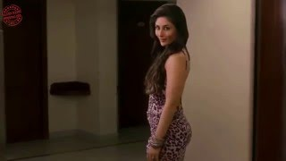 Kareena showing her big round ass in Talaash