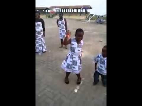 Ghana Girl Doing The Azonto and Akayida Dance Moves Azonto In Real Life 2013