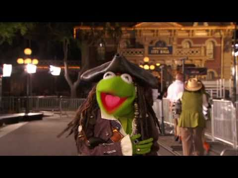 PIRATES OF THE CARIBBEAN - ON STRANGER TIDES - Kermit the Frog at Premiere - Only At The Movies NOW
