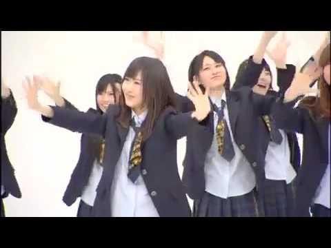 Японские школьницы танцуют и поют