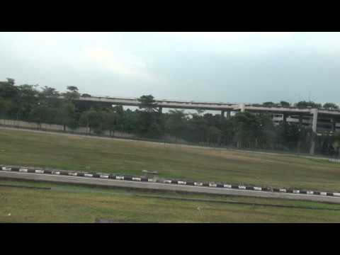 Malaysia Airlines MH2715 Sibu to Kuala Lumpur: Taxiing to the Gate at KLIA