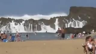 Sóng thần ập đến con người vẫn thản nhiên tắm biển