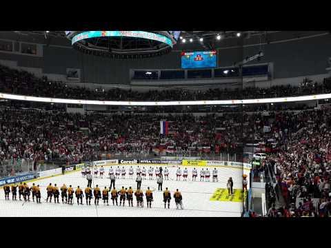 Гимн России поют все зрители хоккейного матча.