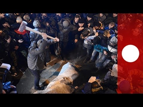 Video: Angry Kiev protesters topple Lenin statue, show off severed head at rally