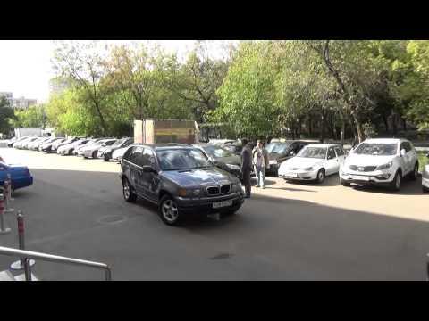 Павел Лысенков помогает Сергею Гимаеву парковать его знаменитую машину