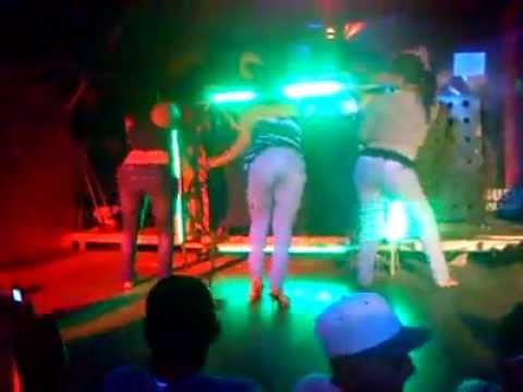 chicas bailando y moviendo el culo atrapado