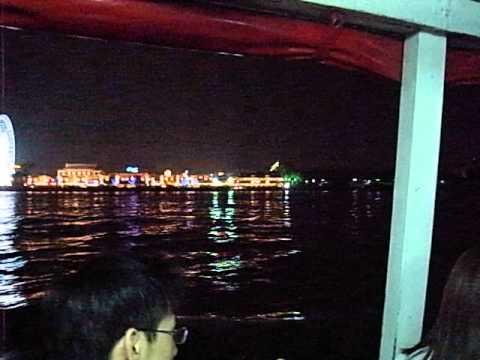 タイのバンコクに登場したAsiatiqueへ向かう船の景色
