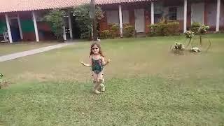 Gangle Style menina de 4 anos dançando