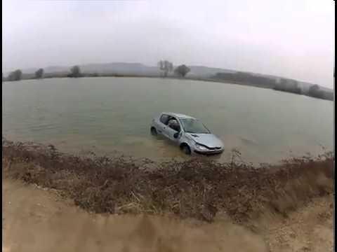Слетели с дамбы на автомобиле прямо в водоем