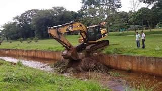A escavadeira saindo do canal