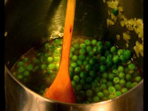 Cуп из зеленого горошка с жареным беконом и шнитт-луком