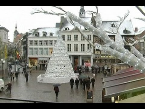Pohon Natal Dari Peralatan Porselen Dapur