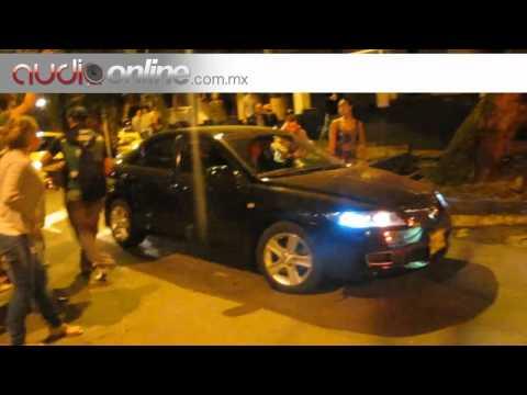 Mujer ebria choca un auto hasta que lo quita para poder irse Audioonline