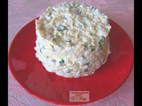 Салат с куриным филе, яйцами, сыром и зелёным горошком