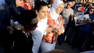 سناء عبد الفتاح تصل مقابر التونسي لحضور مراسم دفن والدها