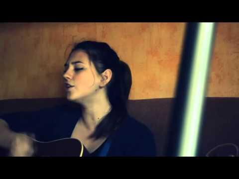 Красивая девушка поет песню обнуляй скачать
