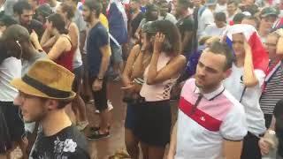 La pluie s'abat sur les supporters place Bellecour à Lyon