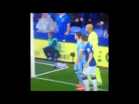 AGUERO SAVES A FAN  EVERTON -  MANCHESTER CITY