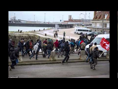 News:Hundreds of migrants storm port and force