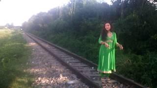 কি ভয়ংকর ভাবে সিনেমার শুটিং করে রেল লাইনে। দেখুন চমকে উঠবেন।