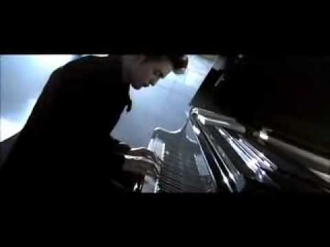 Twilight-exclusive Edward Playing Piano video