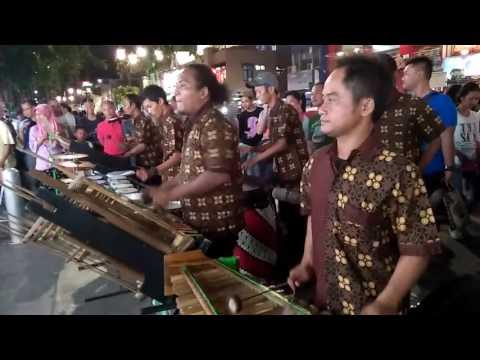 Kanggo riko, perform angklung pegasus di depan lesehan DPRD malioboro