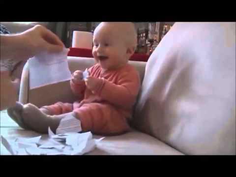 Bebé riendo cada vez que su padre rompe un papel