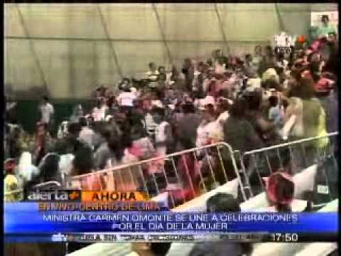 Ministra de la Mujer Carmen Omonte asiste al evento que celebra el Día de la Mujer. (Canal 17)