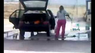 Szőke nő autót mos