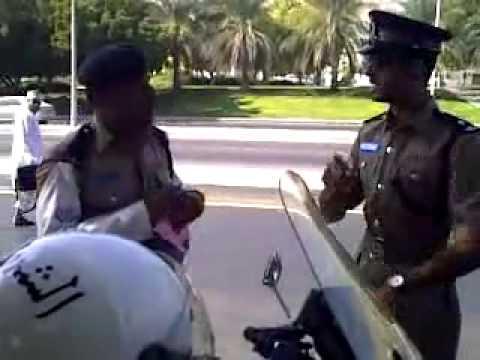 شرطي يخالف ضابط في عمان ..القانون قانون.flv