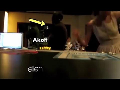 Taylor Swift y Zac Efron bailando detras de Selena Gomez , Justin Bieber y mas
