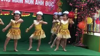 Bé song thư tập múa