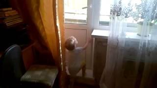 Ребёнок на балконе! один шаг до несчастного случая!.