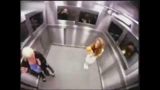 Ein Geist im Fahrstuhl macht den Leuten angst !