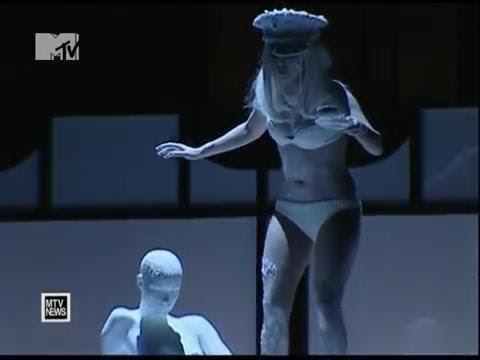 Lady Gaga рухнула с пианино