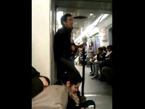 Hincha Chileno En El Metro Vuelto Loco Pierde La Cabeza Por Su Pais