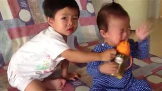 Stin Dâu - Anh hai dành bình nước với em Em khóc (^_^) - Baby cry