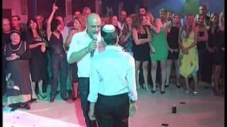 סרטון מרגש אב חד הורי מפתיע את בנו בשיר מרגש