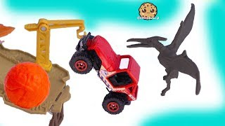 Lava Ball Chases Jeep ! Jurassic World 2 Dinosaur Movie Toy Playset