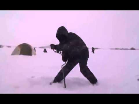 Как бурили лунку на зимней рыбалке , после литра водки  Прикол