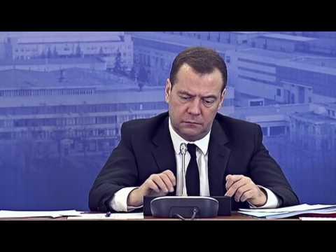 Медведев играет на заседании с планшетом